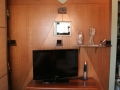 Boiserie e mobile porta TV in noce